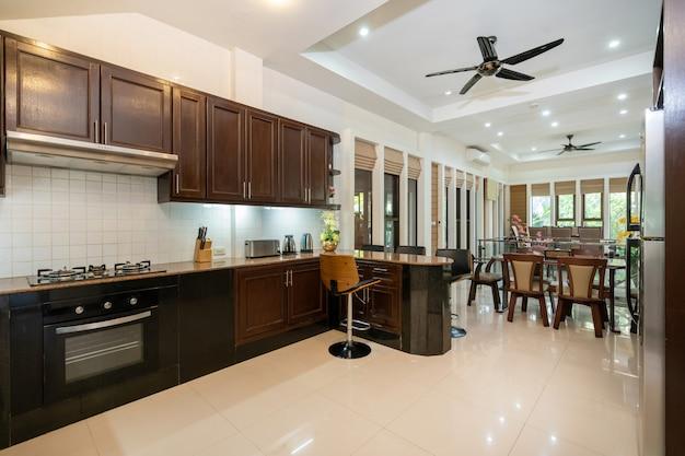 Design de interiores de casa, casa, villa e apartamento com geladeira, banco, balcão da cozinha, ventilador de teto, prateleira e mesa de jantar