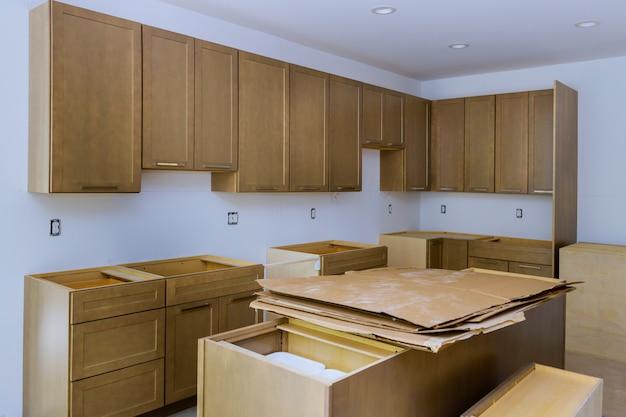 Design de interiores de construção de cozinha com marceneiro instalando melhoria home personalizada