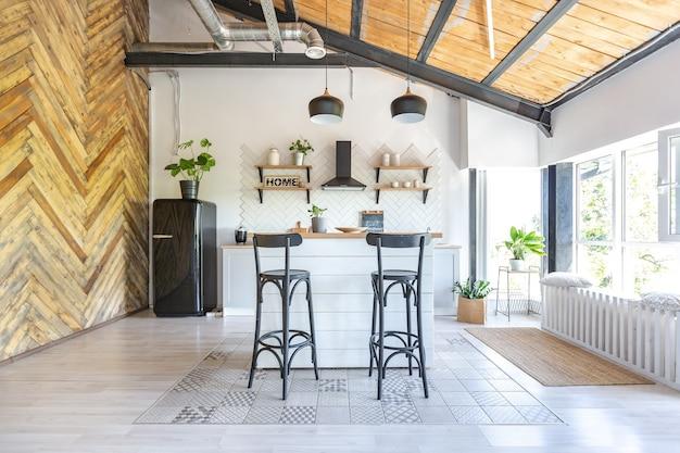 Design de interiores de cozinha elegante. paredes brancas e decoração em madeira.