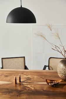 Design de interiores de elegantes salas de jantar com mesa familiar de madeira, cadeiras modernas, prato com nozes e saleiros e pimenteiros