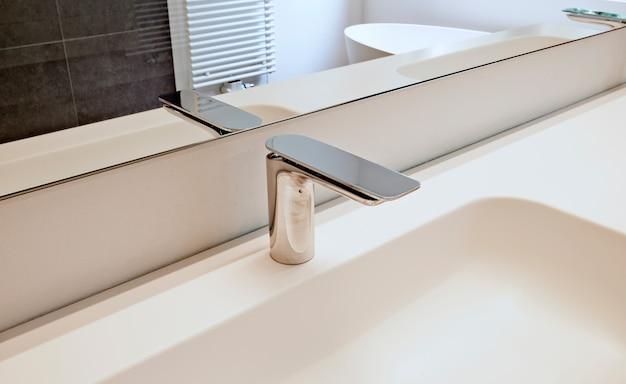 Design de interiores de estilo moderno de uma casa de banho