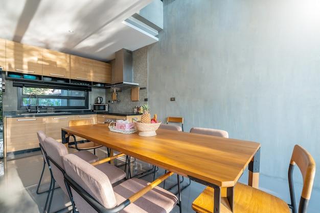 Design de interiores de luxo na área da cozinha com balcão de ilha de recurso e mesa de jantar