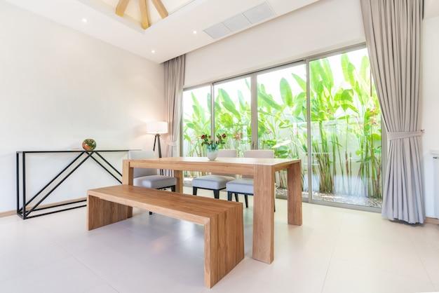 Design de interiores de luxo na sala de estar com mesa de jantar