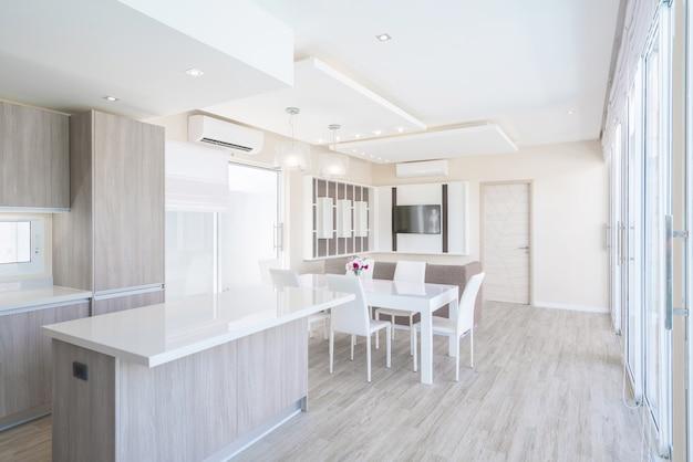 Design de interiores de luxo na sala de estar da casa e espaço luminoso com mesa de jantar