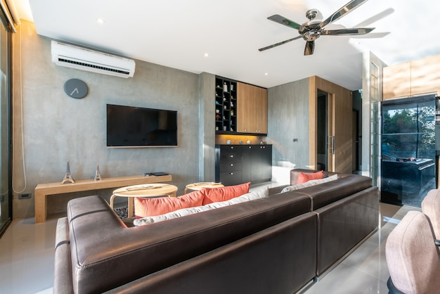 Design de interiores de luxo na sala de estar de moradias piscina. espaço arejado e brilhante, com teto alto levantado e tv