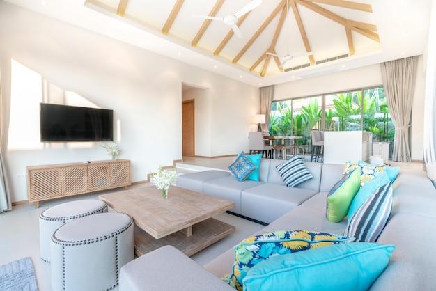Design de interiores de luxo na sala de estar de moradias piscina.