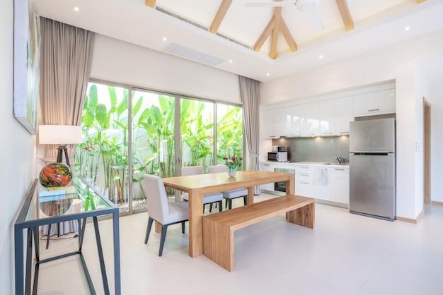 Design de interiores de luxo na sala de estar e cozinha com mesa de jantar