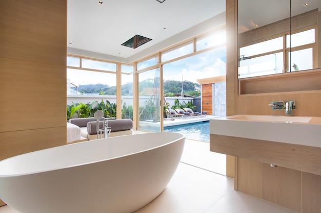 Design de interiores de luxo no quarto da villa piscina com cama king-size