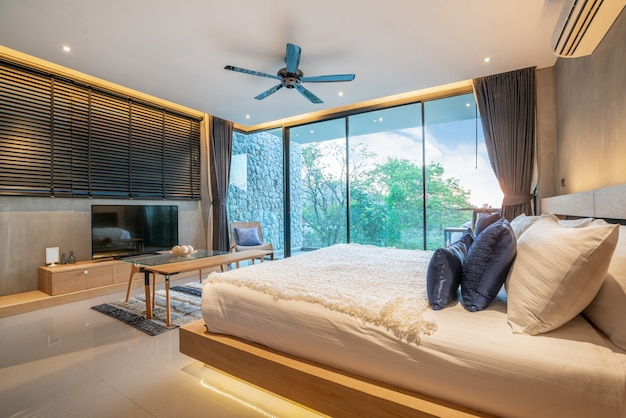 Design de interiores de luxo real no quarto com espaço claro e brilhante e televisão na casa ou em casa