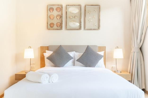 Design de interiores de luxo real no quarto da piscina villa com cama king-size aconchegante com teto alto levantado em casa, casa, prédio