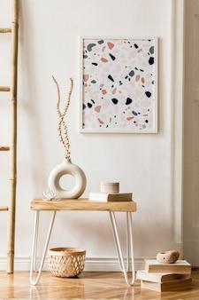 Design de interiores de sala de estar com elegantes flores secas em um vaso, escada de madeira, decoração, moldura de pôster, livros, mesa de centro e acessórios pessoais na decoração da casa.