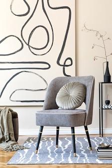 Design de interiores de sala de estar com poltrona cinza elegante, pinturas abstratas na parede, flores em um vaso, travesseiro, xadrez e acessórios pessoais elegantes. conceito bege. encenação em casa moderna. modelo