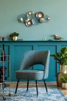 Design de interiores de sala de estar com poltrona elegante, armário de bebidas de ouro, decoração, plantas de travesseiro e acessórios pessoais elegantes projete a decoração da casa. painéis de parede verdes com prateleira.