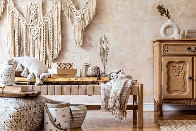 Design de interiores de sala de estar elegante com chaise longue bege, travesseiros, lanterna, macramê, flor seca, bule de chá na bandeja, decoração e acessórios pessoais elegantes no conceito oriental.