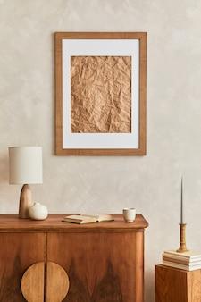 Design de interiores de sala de estar neutra com cômoda retro elegante, moldura de pôster simulada, cubo, abajur, decoração e acessórios pessoais elegantes na decoração da casa. modelo. conceito japandi.