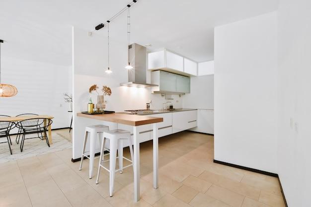 Design de interiores de sala de jantar bonita e iluminada