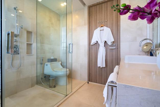 Design de interiores de villa, casa, casa, condomínio e apartamento com banheiro, vaso sanitário, chuveiro e lavatório