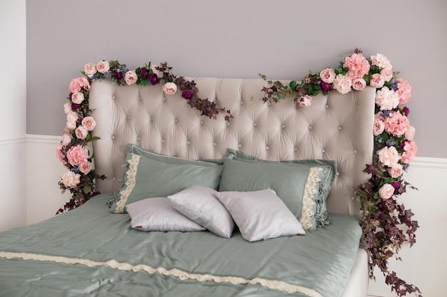 Design de interiores do quarto com flores e almofadas