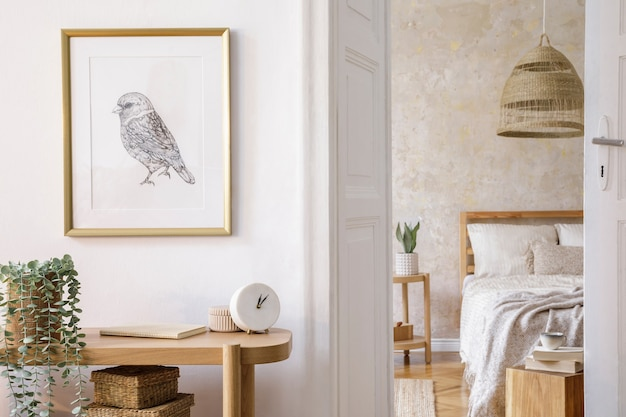 Design de interiores do quarto com moldura, console de madeira, plantas, relógio, mesa de centro, decoração de vime e acessórios elegantes na decoração elegante da casa.