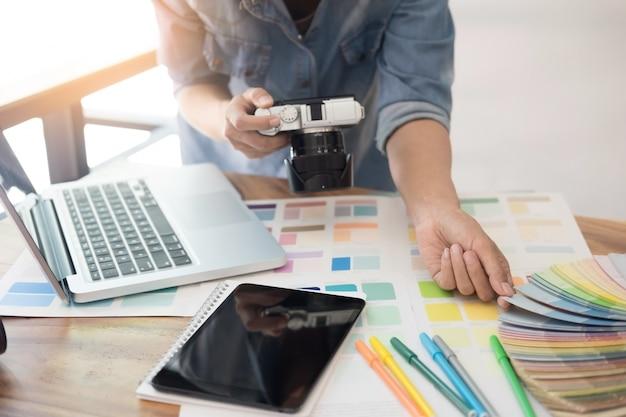 Design de interiores e renovação e conceito de tecnologia - designer gráfico escolhendo amostras de cores adequadas para seleção na mesa.