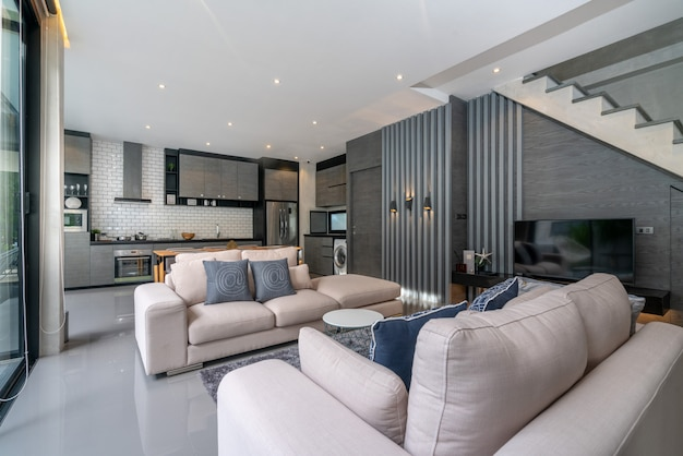 Design de interiores em casa na sala de estar com cozinha aberta na casa loft
