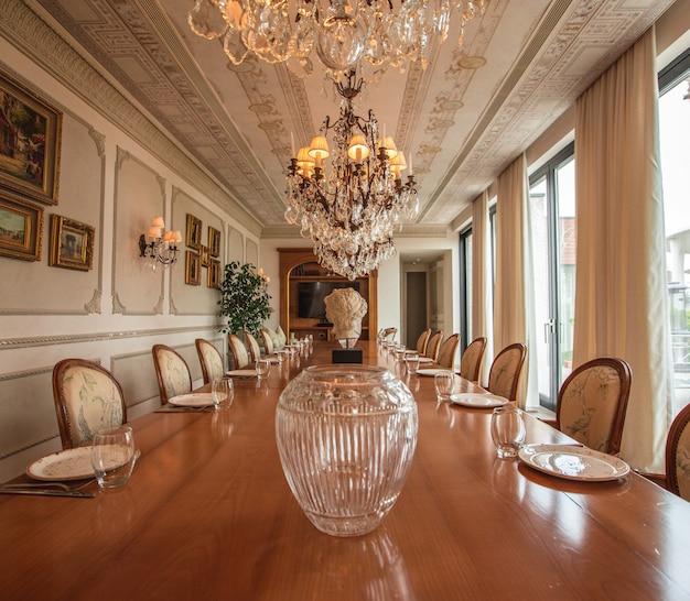 Design de interiores grande e luxuoso da sala de jantar