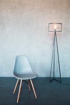 Design de interiores minimalista com uma cadeira