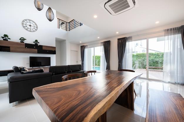 Design de interiores moderna sala de estar com sofá e móveis de uma nova casa