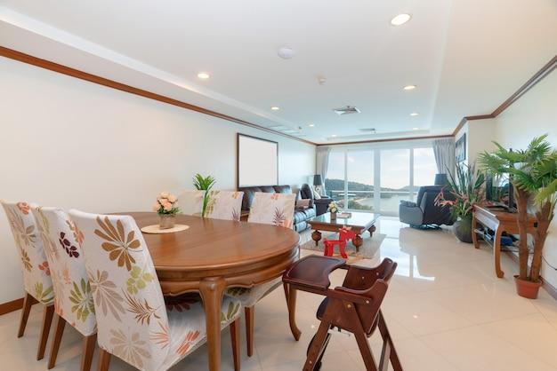 Design de interiores na sala de estar com mesa de jantar de madeira