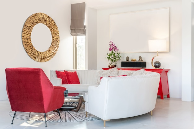Design de interiores na sala de estar com sofá ou sofá e mesa de madeira