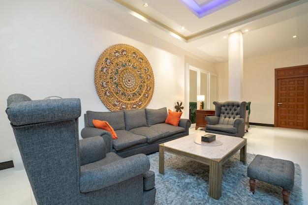 Design de interiores na sala de estar com sofá ou sofá