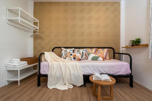 Design de interiores na sala de estar com sofá