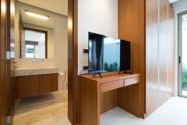 Design de interiores no quarto da piscina villa com cama king size aconchegante, casa, casa, televisão mt