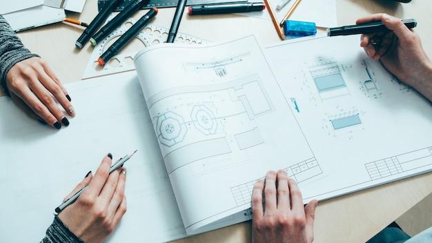 Design de interiores. trabalho em equipe do arquiteto. engenheiros criativos trabalhando em projeto com esquema.
