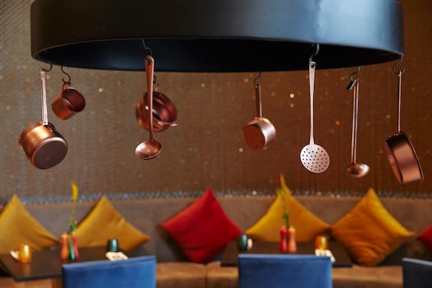 Design de restaurante café em estilo moderno criativo, em cores brilhantes, vários pratos
