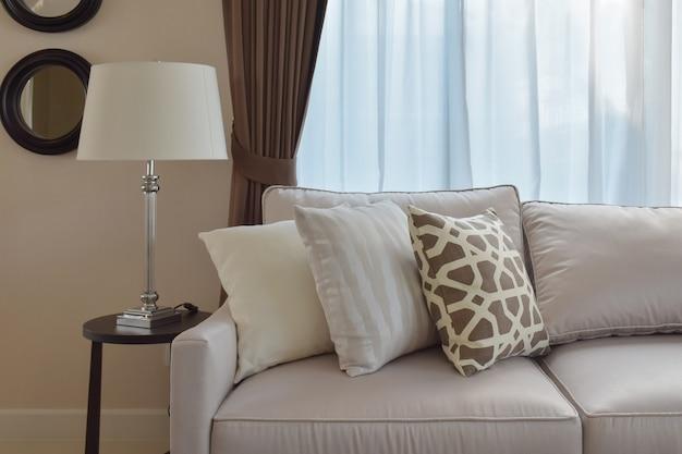 Design de sala de estar com sofá de tweed resistente com almofadas marrons