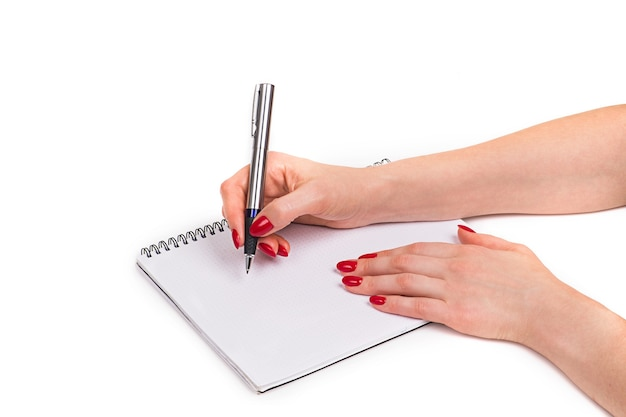 Design de unhas. mãos com manicure de natal vermelho brilhante