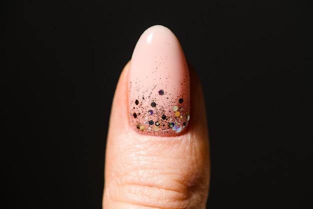 Design de unhas. mãos com manicure rosa e branca brilhante no fundo.