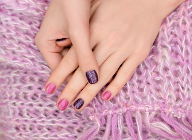 Design de unhas rosa. mãos femininas com manicure glitter.