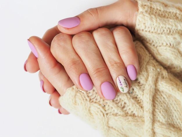 Design elegante manicure lilás na mão.