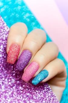 Design em unhas compridas de lantejoulas multicoloridas