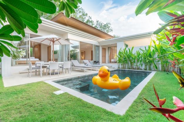 Design exterior casa mostrando villa piscina tropical com jardim de vegetação