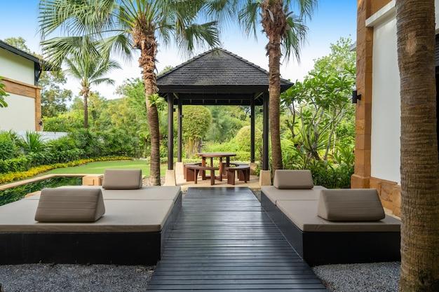 Design exterior da casa, casa, pavilhão, villa, mesa de jantar ao ar livre e cadeiras na varanda externa, pavilhão