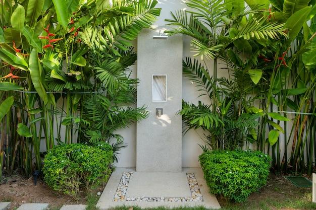 Design exterior do chuveiro ao ar livre no jardim da villa de luxo piscina