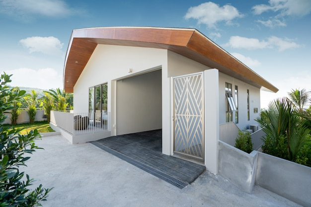 Design exterior em villa, casa e casa com garagem e entrada principal da casa