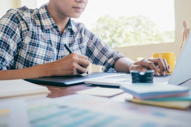 Design gráfico e amostras de cores e canetas em uma mesa.