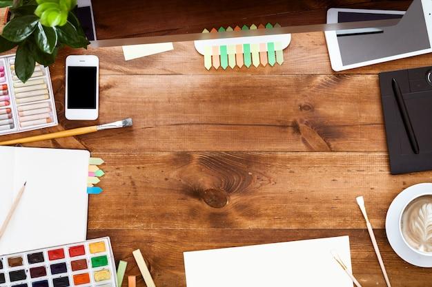Design gráfico moderno design criativo local de trabalho marrom mesa de madeira
