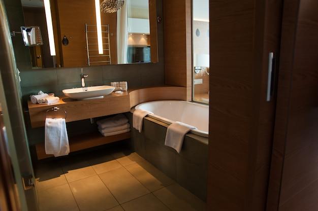 Design interior de banheiro luxuoso para estilo de vida moderno com janela para o quarto