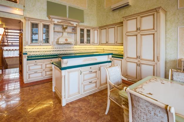 Design interior de uma cozinha moderna de luxo com balcão e algumas cadeiras atrás