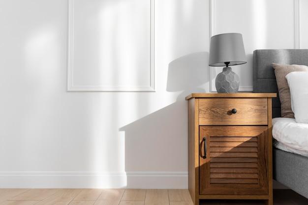 Design interior do quarto com mesa de cabeceira